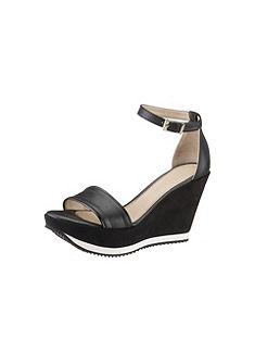 Vysoké sandále, Laura Scott