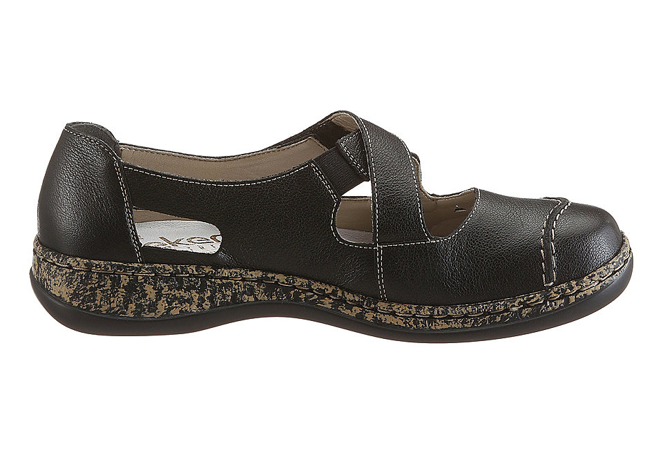 V tejto kategórii sa nachádza pánska, dámska ako aj detská obuv. Na svoje si prídu športoví zanietenci, ktorí tu nájdu širokú ponuku outdoorovej obuvi k obľúbenému tričku s potlačou, v budúcnosti tu módne vychytávnky nájdu aj elegantné typy, ktoré majú k dispozícii topánky ako sú lodičky, sandále a čižmy k elegantným svetrovým šatám.